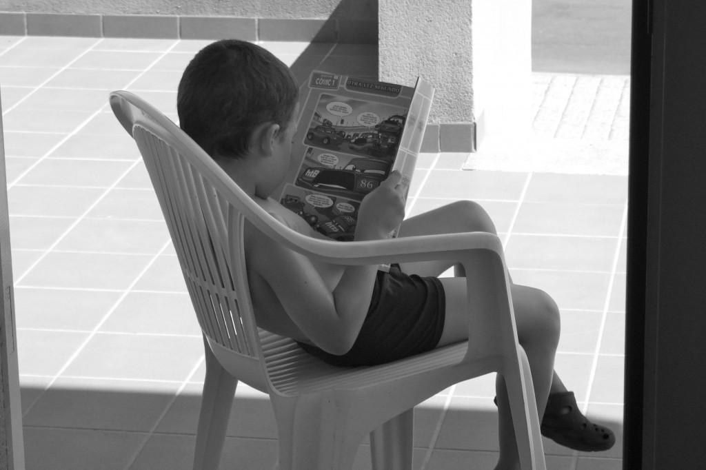 Alejandro Sáez leyendo.